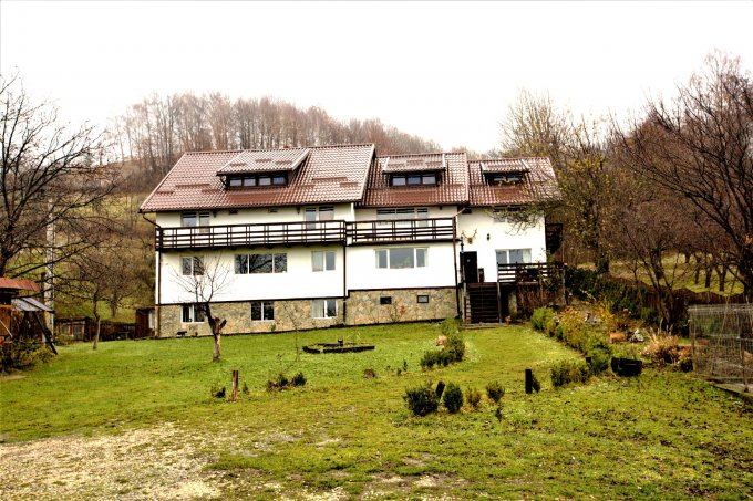 Pensiune de vanzare cu 10 camere, 8 dormitoare, 1 etaj, 9 grupuri sanitare, cu suprafata utila de 420 mp, suprafata teren 2000 mp si deschidere de 35 metri. In comuna Bran.