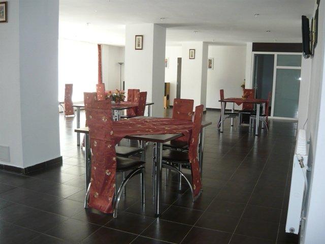 Mini hotel / Pensiune de vanzare direct de la agentie imobiliara, in Rasnov, cu 199.000 euro. 14 grupuri sanitare14 grupuri sanitare, suprafata utila 700 mp. Are 2 etaje si 12 camere.
