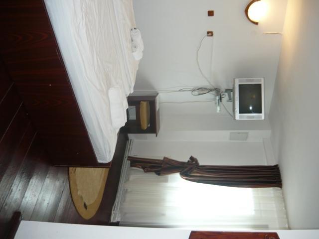 Pensiune de vanzare cu 13 camere, 13 dormitoare, 2 etaje, 15 grupuri sanitare, cu suprafata utila de 380 mp, suprafata teren 1500 mp si deschidere de 15 metri. In localitatea Tohanu Nou.