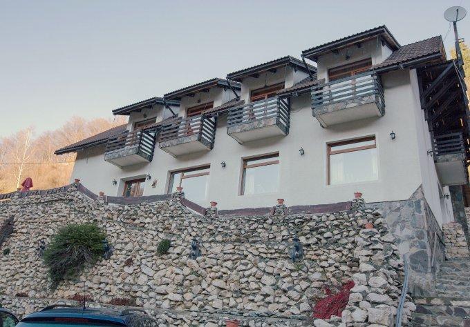 Pensiune de vanzare cu 10 camere, 8 dormitoare, 2 etaje, 6 grupuri sanitare, cu suprafata utila de 773 mp, suprafata teren 5200 mp si deschidere de 35 metri. In comuna Moieciu.