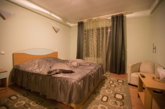 vanzare Pensiune cu 2 etaje, 12 camere, localitatea Moieciu de Sus, suprafata utila 760 mp