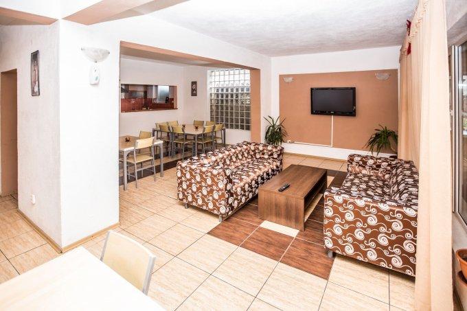 Mini hotel / Pensiune de vanzare direct de la agentie imobiliara, in Moieciu, cu 230.000 euro. 9 grupuri sanitare8  balcoane, 9 grupuri sanitare, suprafata utila 450 mp. Are 2 etaje si 8 camere.