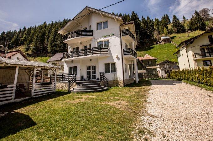 Mini hotel / Pensiune de vanzare, cu 8 dormitoare, 8 camere, cu 7 grupuri sanitare, suprafata utila 250 mp. Suprafata terenului 1800 metri patrati, deschidere 30 metri. Pret: 265.000 euro.
