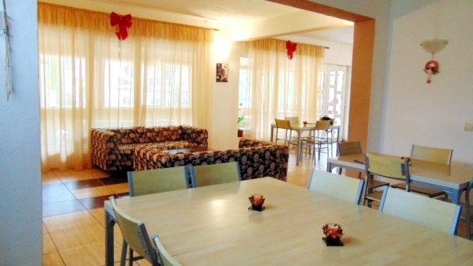Mini hotel / Pensiune de vanzare, cu 8 dormitoare, 8 camere, cu 10 grupuri sanitare, suprafata utila 300 mp. Suprafata terenului 1430 metri patrati, deschidere 30 metri. Pret: 230.000 euro.