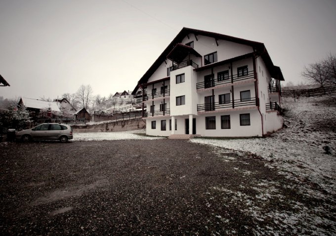 Mini hotel / Pensiune de vanzare direct de la agentie imobiliara, in Bran, cu 365.000 euro. 12 grupuri sanitare10  balcoane, 12 grupuri sanitare, suprafata utila 500 mp. Are 3 etaje si 18 camere.