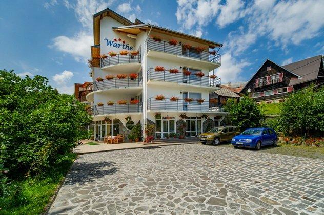 Mini hotel / Pensiune de vanzare, cu 18 dormitoare, 24 camere, cu 20 grupuri sanitare, suprafata utila 740 mp. Suprafata terenului 1000 metri patrati, deschidere 24 metri. Pret: 1.978.000 euro negociabil. Usa intrare: PVC. Usi interioare: Lemn.