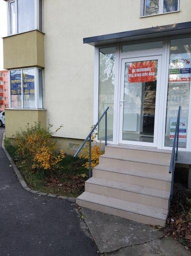 Calea Bucuresti Brasov Spatiu comercial de inchiriat cu 3 incaperi, cu 1 grup sanitar, suprafata 40 mp. Pret: 400 euro.  Vitrina: latime 10 metri, inaltime 2.5 metri.