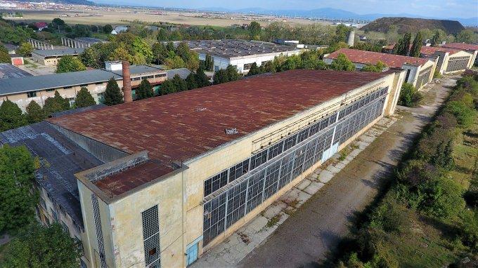 Spatiu industrial de inchiriat direct de la agentie imobiliara, in Brasov, zona Tractorul, cu 15.000 euro. 5 grupuri sanitare, suprafata utila 5000 mp.