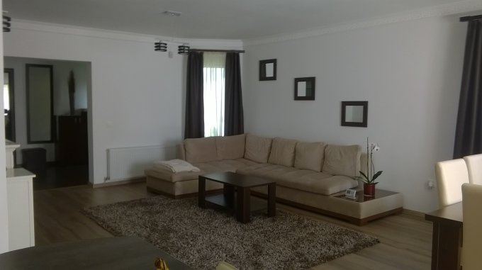 Vila cu 1 etaj, 5 camere, 3 grupuri sanitare, avand suprafata utila 250 mp. Pret: 132.000 euro. agentie imobiliara vanzare Vila.