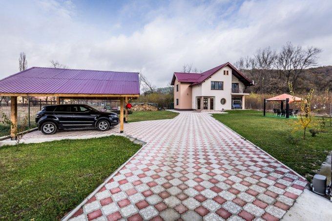 Primaverii Rasnov vila cu 4 camere, 1 etaj, 2 grupuri sanitare, cu suprafata utila de 180 mp, suprafata teren 1000 mp si deschidere de 30 metri. In orasul Rasnov, zona Primaverii.