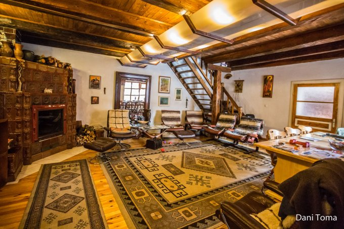 Cristian vila cu 12 camere, 1 etaj, 6 grupuri sanitare, cu suprafata utila de 660 mp, suprafata teren 4000 mp si deschidere de 40 metri. In comuna Cristian.