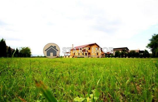 Vila de vanzare cu 6 camere, cu 15 grupuri sanitare, suprafata utila 250 mp. Suprafata terenului 5390 metri patrati, deschidere 50 metri. Pret: 390.000 euro. Usi interioare: Lemn. Vila