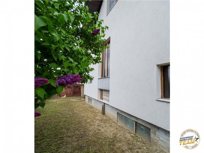 Vila cu 6 camere, 1 etaj, cu suprafata utila de 206 mp, 1 grup sanitar, 1  balcon. 154.000 euro. Destinatie: Rezidenta, Birou. Vila Brasov