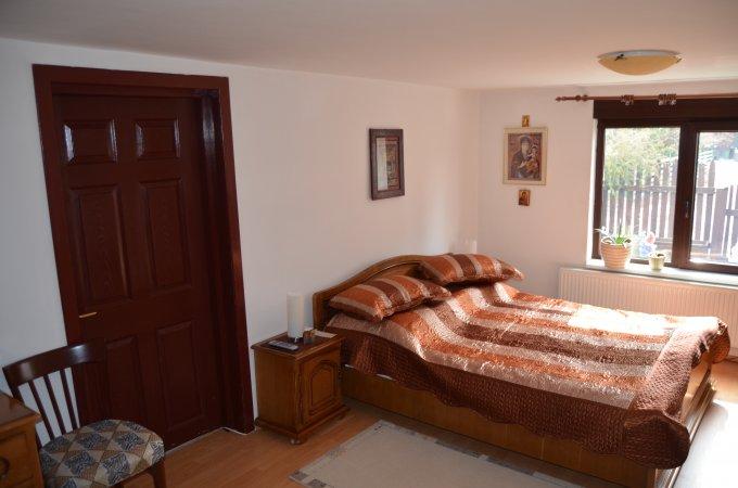 Vila de vanzare direct de la agentie imobiliara, in Predeal, zona Clabucet, cu 200.000 euro. 2  balcoane, 3 grupuri sanitare, suprafata utila 370 mp. Are 2 etaje si 6 camere.