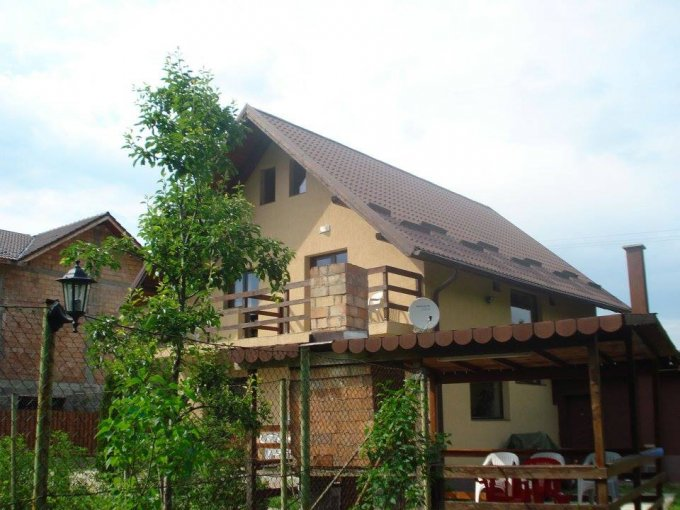 Vila cu 2 etaje, 9 camere, 7 grupuri sanitare, avand suprafata utila 260 mp. Pret: 115.000 euro. agentie imobiliara vanzare Vila.