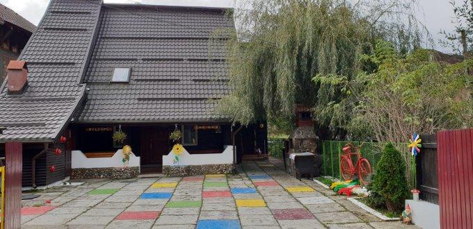 Vila de vanzare cu 7 camere, cu 6 grupuri sanitare, suprafata utila 220 mp. Suprafata terenului 250 metri patrati, deschidere 15 metri. Pret: 124.000 euro. Vila