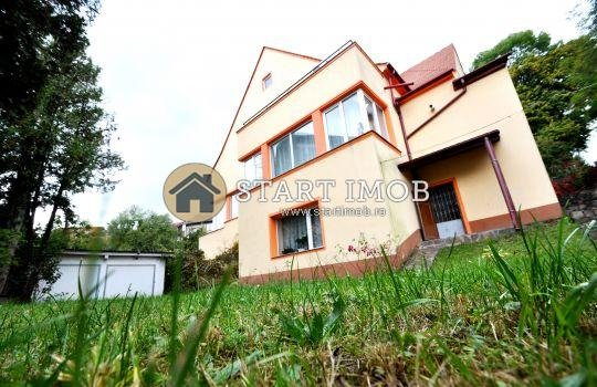 Vila de vanzare direct de la agentie imobiliara, in Brasov, zona Centrul Istoric, cu 230.000 euro. 1  balcon, 2 grupuri sanitare, suprafata utila 150 mp. Are 2 etaje si 3 camere.