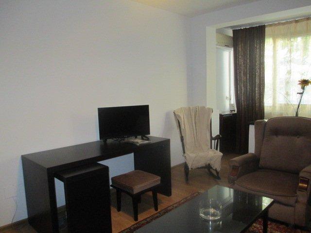 Apartament de inchiriat in Bucuresti cu 2 camere, cu 1 grup sanitar, suprafata utila 55 mp. Pret: 330 euro. Usa intrare: Metal. Usi interioare: Lemn. Mobilat modern.