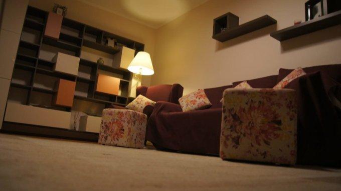 Apartament de inchiriat in Bucuresti cu 2 camere, cu 1 grup sanitar, suprafata utila 55 mp. Pret: 370 euro. Usa intrare: Metal. Usi interioare: Lemn. Mobilat modern.