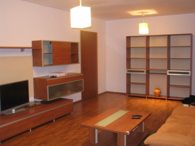 Apartament de inchiriat direct de la agentie imobiliara, in Bucuresti, in zona Politehnica, cu 400 euro. 1  balcon, 1 grup sanitar, suprafata utila 70 mp. Mobilat lux.