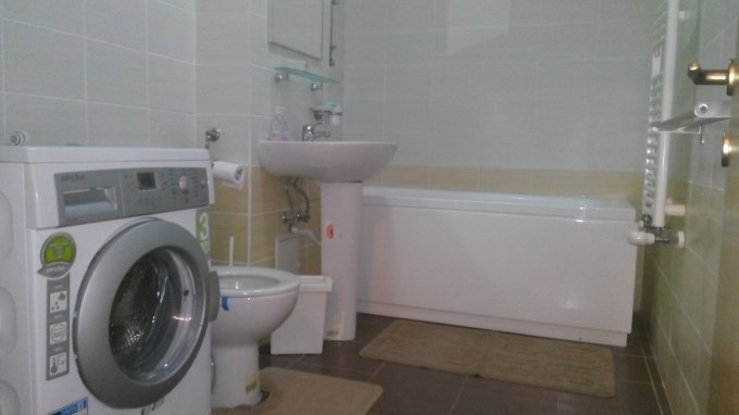 Apartament de inchiriat in Bucuresti cu 2 camere, cu 1 grup sanitar, suprafata utila 70 mp. Pret: 400 euro. Usa intrare: Metal. Usi interioare: Lemn. Mobilat modern.