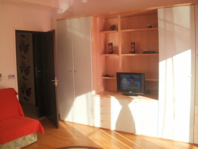 Apartament inchiriere Militari cu 2 camere, etajul 2 / 6, 1 grup sanitar, cu suprafata de 70 mp. Bucuresti, zona Militari. Mobilat modern.