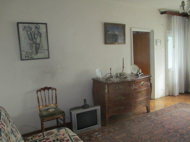 Apartament de vanzare in Bucuresti cu 2 camere, cu 1 grup sanitar, suprafata utila 71 mp. Pret: 98.000 euro. Usa intrare: Lemn. Usi interioare: Lemn.