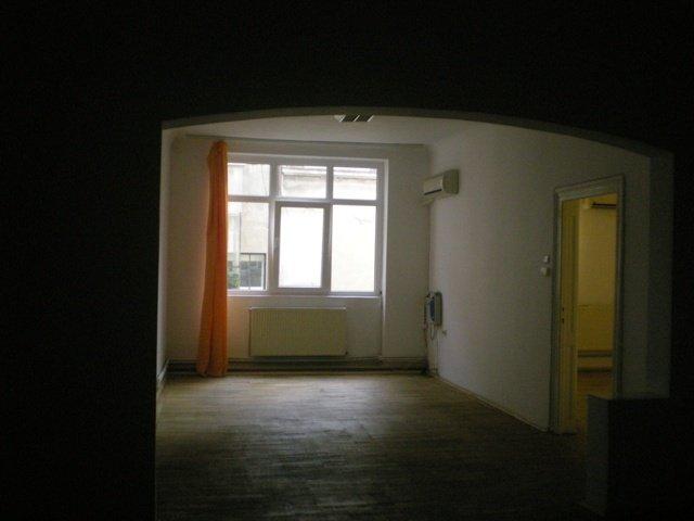 agentie imobiliara vand apartament semidecomandat, in zona Magheru, orasul Bucuresti