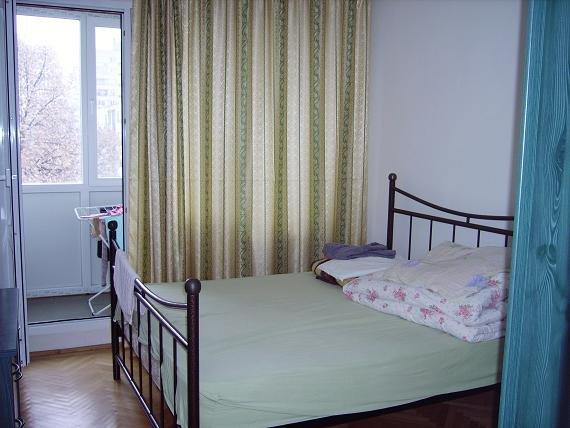 Apartament de inchiriat in Bucuresti cu 3 camere, cu 1 grup sanitar, suprafata utila 70 mp. Pret: 300 euro. Usa intrare: Metal. Usi interioare: Aluminiu. Mobilat modern.