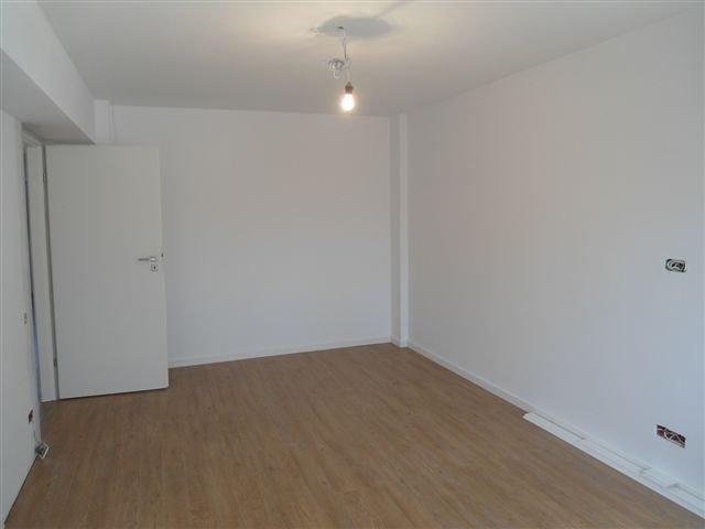 Apartament de inchiriat in Bucuresti cu 3 camere, cu 2 grupuri sanitare, suprafata utila 82 mp. Pret: 700 euro negociabil. Usa intrare: Metal. Usi interioare: Lemn. Mobilat modern.