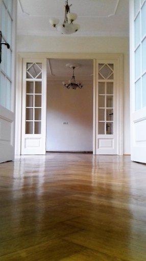 Apartament inchiriere Unirii cu 3 camere, etajul 1 / 2, 2 grupuri sanitare, cu suprafata de 82 mp. Bucuresti, zona Unirii. Semi-mobilat lux.