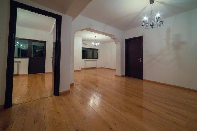 Apartament de vanzare in Bucuresti cu 3 camere, cu 2 grupuri sanitare, suprafata utila 100 mp. Pret: 150.000 euro. Usa intrare: Metal. Usi interioare: Lemn.