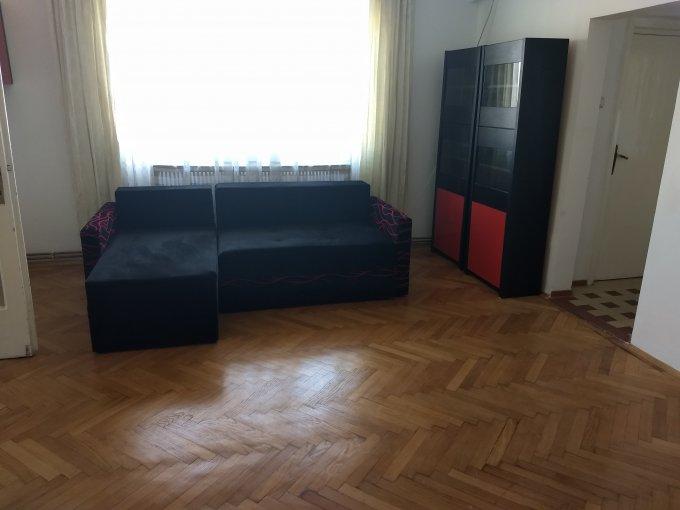 inchiriere Apartament Bucuresti cu 3 camere, cu 2 grupuri sanitare, suprafata utila 135 mp. Pret: 850 euro. Incalzire: Centrala proprie a locuintei. Racire: Aer conditionat.