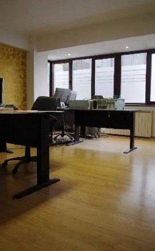Apartament de inchiriat direct de la agentie imobiliara, in Bucuresti, in zona Dorobanti, cu 1.000 euro. 1  balcon, 2 grupuri sanitare, suprafata utila 90 mp. Nemobilat.