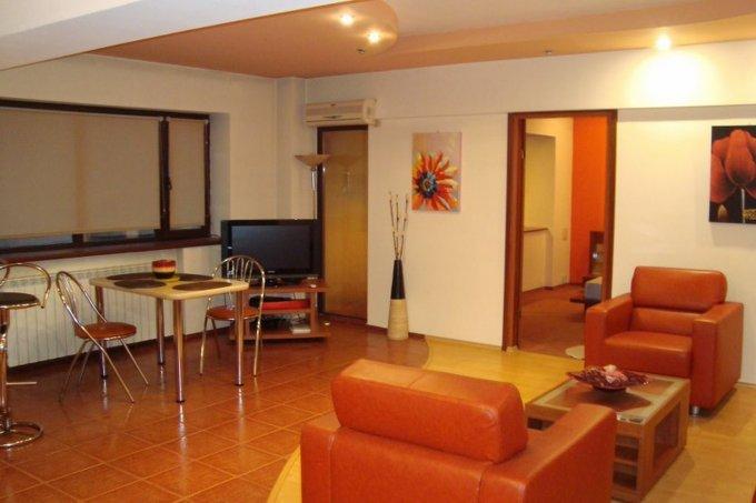 Apartament de inchiriat direct de la agentie imobiliara, in Bucuresti, in zona Universitate, cu 700 euro. 1  balcon, 3 grupuri sanitare, suprafata utila 110 mp. Mobilat modern.