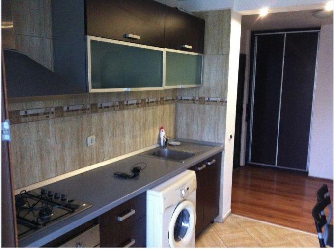 Apartament de inchiriat in Bucuresti cu 3 camere, cu 2 grupuri sanitare, suprafata utila 70 mp. Pret: 365 euro. Usa intrare: Metal. Usi interioare: Lemn.