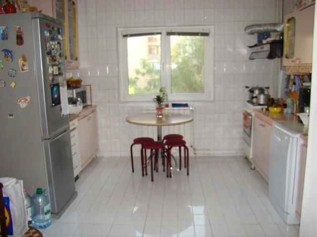 vanzare apartament cu 3 camere, decomandat, in zona Sebastian, orasul Bucuresti