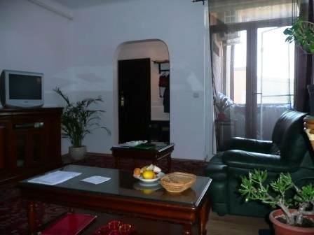 vanzare apartament cu 3 camere, semidecomandat, in zona Ultracentral, orasul Bucuresti