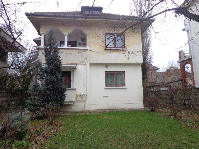 Duplex de vanzare in Bucuresti cu 4 camere, cu 2 grupuri sanitare, suprafata utila 77 mp. Pret: 395.000 euro negociabil. Usa intrare: Metal. Usi interioare: Lemn.