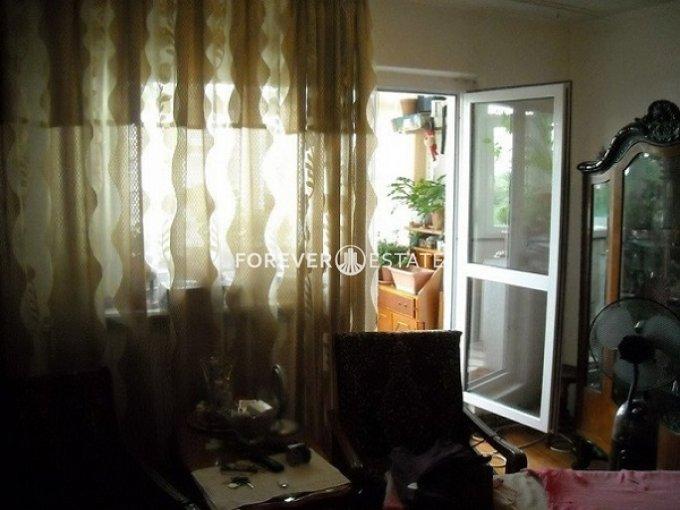 Apartament de vanzare in Bucuresti cu 4 camere, cu 2 grupuri sanitare, suprafata utila 85 mp. Pret: 85.000 euro negociabil. Usa intrare: Metal. Usi interioare: Lemn.