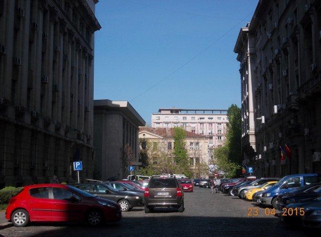 Apartament de vanzare in Bucuresti cu 4 camere, cu 2 grupuri sanitare, suprafata utila 120 mp. Pret: 130.000 euro. Usa intrare: Metal. Usi interioare: Lemn.