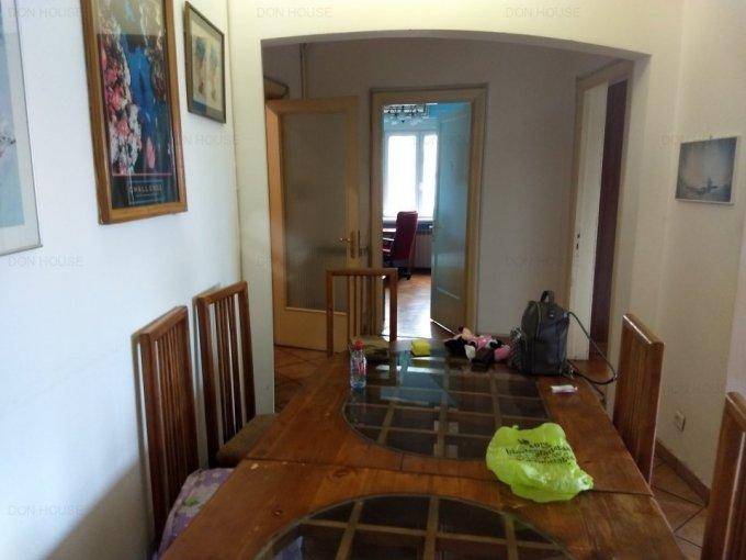 Apartament de inchiriat direct de la agentie imobiliara, in Bucuresti, in zona Universitate, cu 600 euro. 2  balcoane, 3 grupuri sanitare, suprafata utila 125 mp. Mobilat.
