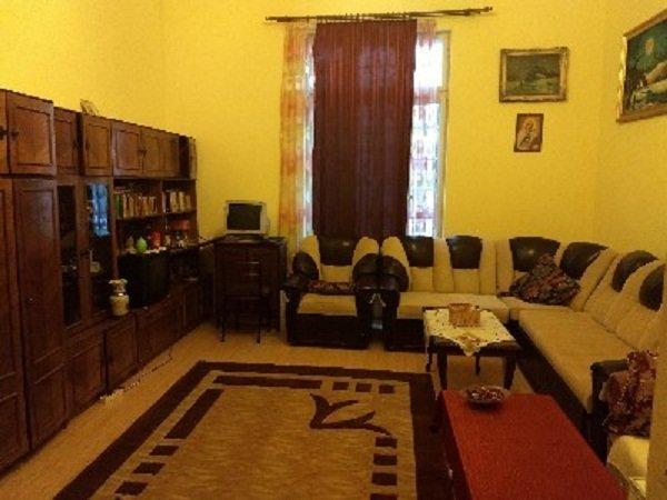 Apartament de vanzare direct de la agentie imobiliara, in Bucuresti, in zona Universitate, cu 175.000 euro. 1  balcon, 2 grupuri sanitare, suprafata utila 200 mp.