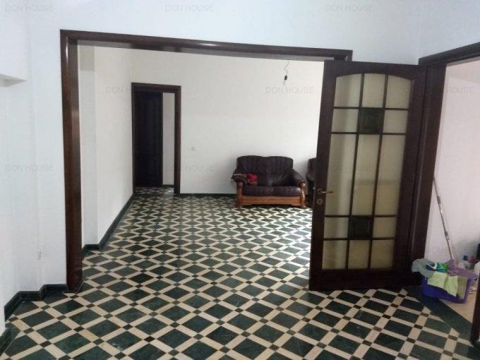 Apartament de vanzare direct de la agentie imobiliara, in Bucuresti, in zona Unirii, cu 180.000 euro. 3 grupuri sanitare, suprafata utila 180 mp.