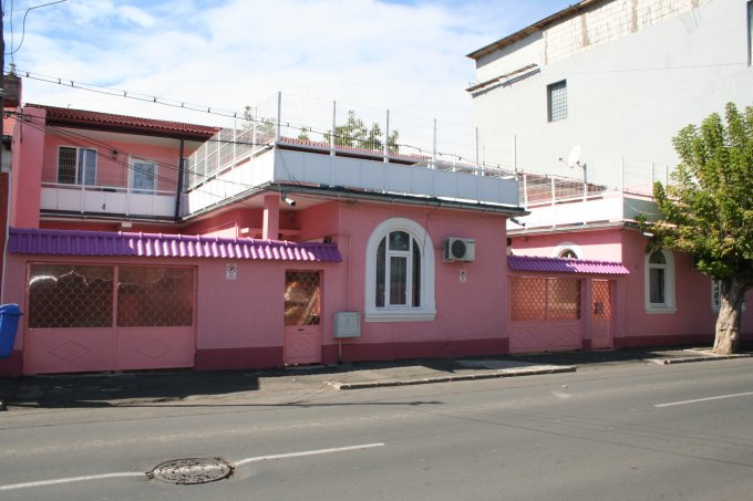 Colentina Bucuresti casa cu 11 camere, 4 grupuri sanitare, cu suprafata utila de 354 mp, suprafata teren 353 mp si deschidere de 25 metri. In orasul Bucuresti Colentina.