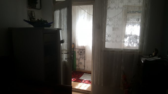 Andronache Bucuresti casa cu 3 camere, 1 grup sanitar, cu suprafata utila de 80 mp, suprafata teren 200 mp si deschidere de 2 metri. In orasul Bucuresti Andronache.
