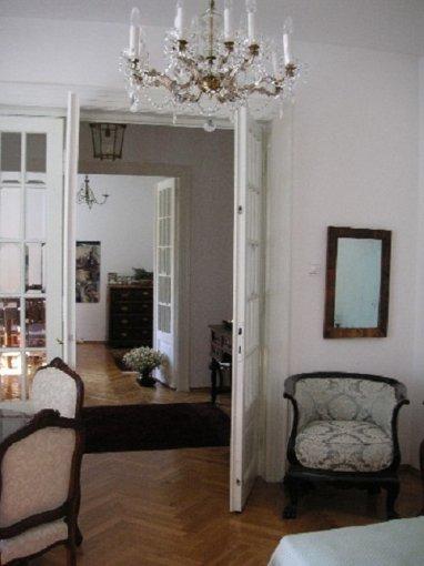 Casa de vanzare in Bucuresti cu 3 camere, cu 2 grupuri sanitare, suprafata utila 200 mp. Suprafata terenului 205 metri patrati, deschidere 12 metri. Pret: 265.000 euro. Casa