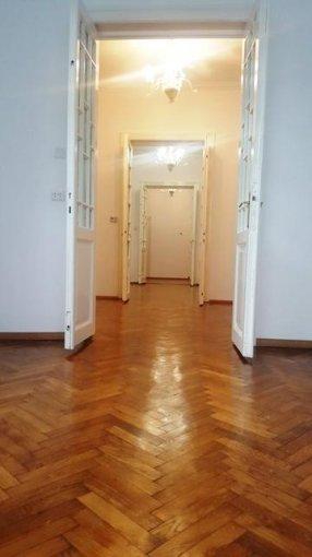 Casa de inchiriat in Bucuresti cu 4 camere, cu 2 grupuri sanitare, suprafata utila 80 mp. Suprafata terenului 90 metri patrati, deschidere 20 metri. Pret: 1.600 euro negociabil. Usa intrare: Metal. Usi interioare: Lemn. Casa Nemobilata.