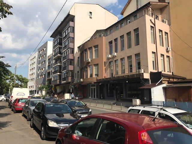 Spatiu comercial de inchiriat direct de la proprietar, in Bucuresti, zona Vitan Mall, cu 840 euro negociabil. 2 grupuri sanitare, suprafata utila 106 mp. Vitrina: 7 metri. Amplasament: Spatiu Comercial din Constructie. Incalzire: Centrala proprie a locuin