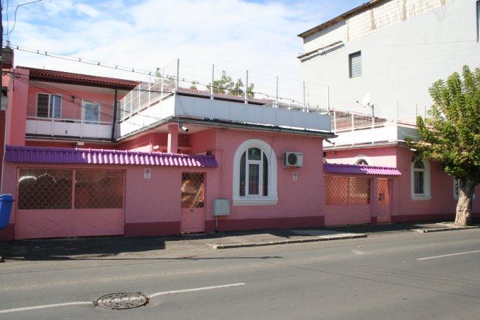 Vila de vanzare direct de la proprietar, in Bucuresti, zona Obor, cu 185.000 euro negociabil. 2  balcoane, 4 grupuri sanitare, suprafata utila 360 mp. Are 1 etaj si 11 camere.
